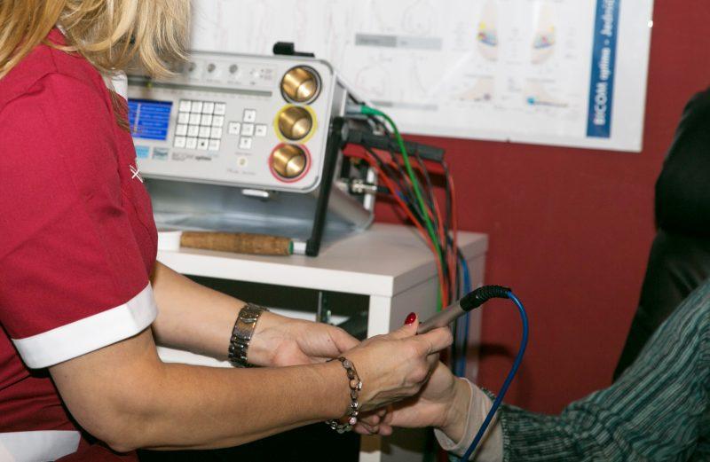 elektroakupunktura-pomoci-pristroje-BICOM-bez-perforace-kuze